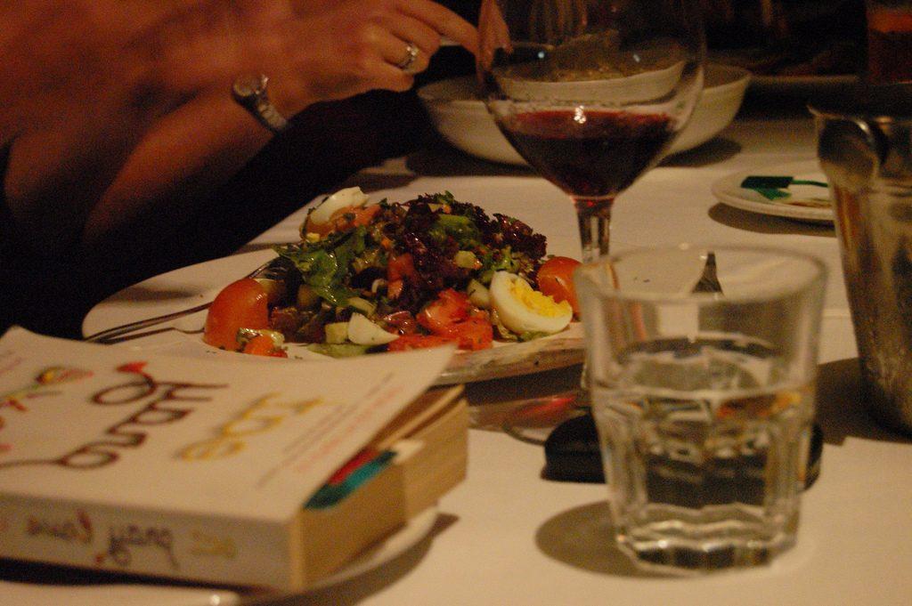 Gruppo di lettura a cena in interno.